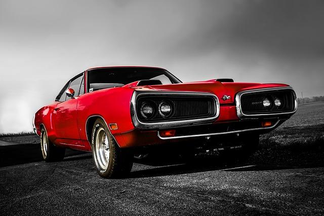 Klasyczny muscle car - zabytkowy dodge w czerwonym kolorze na wiejskiej drodze