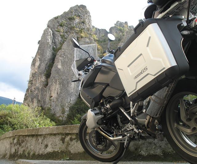 Motor BMW GS 1200 z bagażnikiem na górskiej trasie