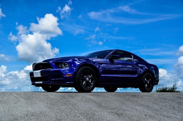 Niebieski Ford Mustang w amerykańskiej wersji