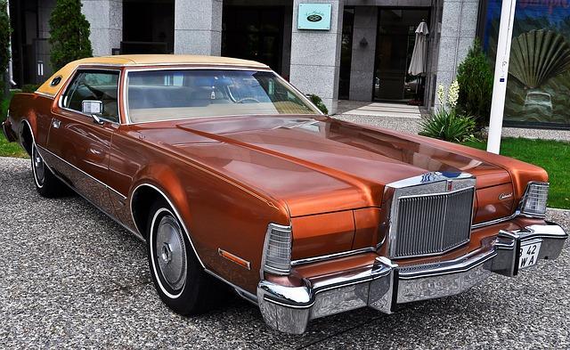 Lincoln Continental mark III - zabytkowy pojazd w rdzawym kolorze, na podjeździe