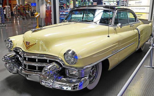 Klasyczny Cadillac 62 III generacji w żółtym kolorze z chromowanymi zderzakami, w salonie